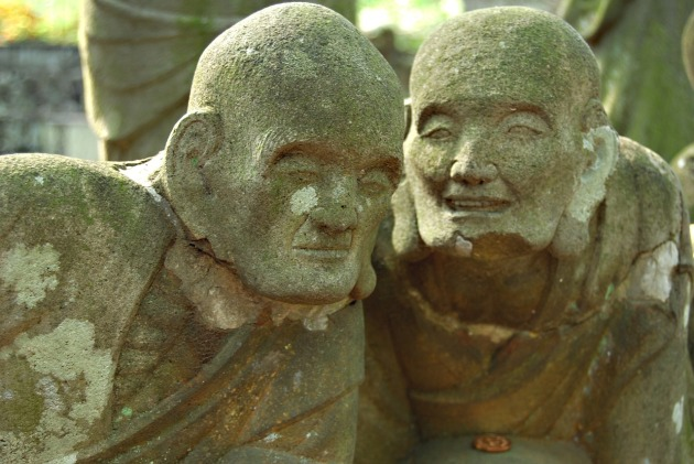 Listening statues 546458_1280 CC0